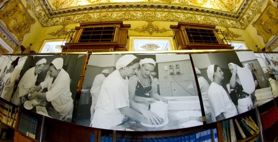 Foto delle detenute che imparano a fare la pizza