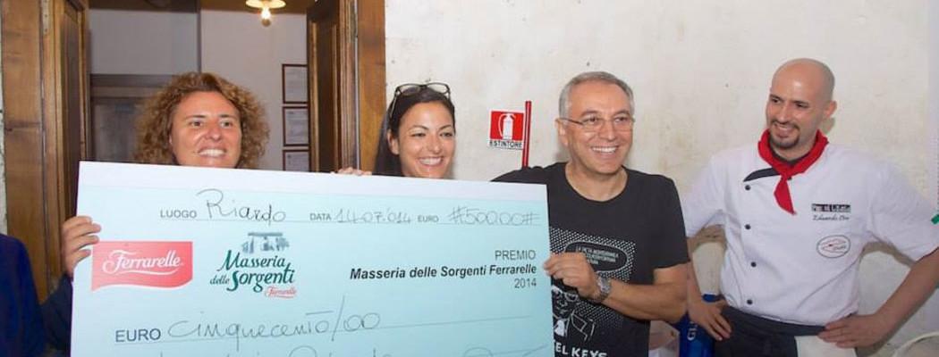Enzo coccia consegna premio al vincitore di Masseria Ferrarelle