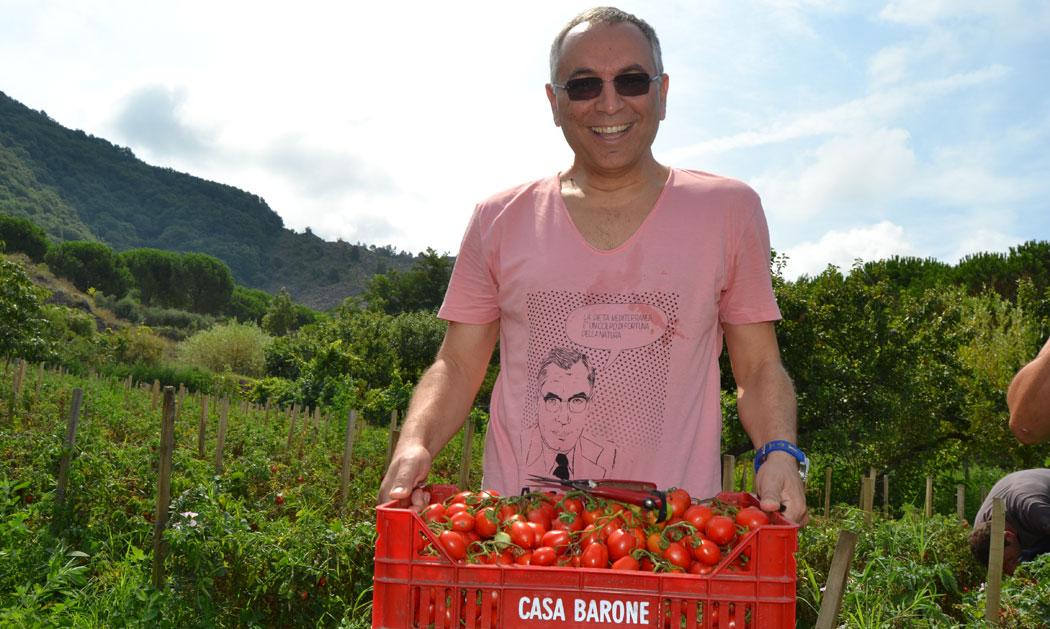 Enzo coccia con i pomodorini del piennolo del vesuvio di casa Barone