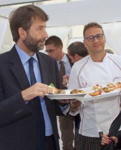 Franceschini mangiando pizze di Enzo Coccia